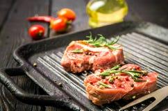 Rå nötköttbiff och kryddor Arkivbilder