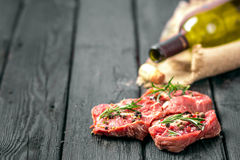Rå nötköttbiff och kryddor Arkivbild