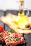 Rå nötköttbiff och kryddor Fotografering för Bildbyråer