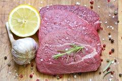 Rå nötköttbiff på skärbräda Royaltyfria Foton