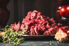 Rå nötköttgulasch av unga tjurar, huggit av kött, slut upp arkivfoto