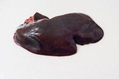 Rå nötköttlever som isoleras på vit bakgrund arkivfoto