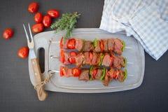 Rå nötköttsteknålar Arkivbilder