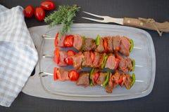 Rå nötköttsteknålar Arkivfoton