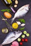 Rå ny doradofisk med brussels groddar, tomater, citronen, den unga potatisen och gräsplaner Arkivbild