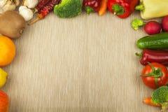 Rå nya grönsaker bantar mat som förbereder vegetarian Grönsakmeny Nya organiska grönsaker på tabellen Banta mål Arkivbild