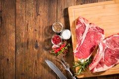 Rå nya nötköttbiffar arkivbild