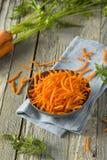Rå organisk apelsin strimlade morötter Arkivfoto