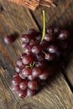 Rå organisk tabell Champagne Grapes Arkivbild