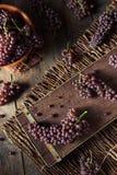 Rå organisk tabell Champagne Grapes Arkivfoto