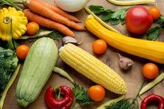Rå organiska grönsaker med nya ingredienser för healthily att laga mat på träbakgrund, bästa sikt, baner Strikt vegetarian eller Fotografering för Bildbyråer