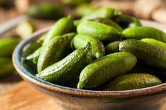Rå organiska limefrukter för grönt finger Royaltyfri Foto