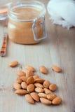 Rå organiska mandlar med mandeln breder smör på på Fotografering för Bildbyråer