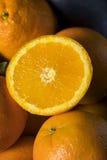 Rå organiska orange apelsiner Arkivfoton
