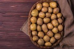 Rå organiska unga potatisar Arkivbilder