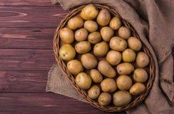Rå organiska unga potatisar Arkivbild