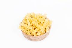 Rå pasta i en maträtt Arkivbild
