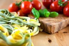Rå pasta och nya Cherrytomater Royaltyfri Bild