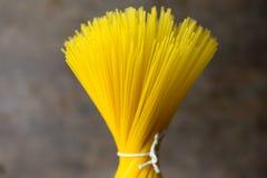 Rå pasta på den lantliga tabellen royaltyfri foto