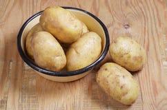 Rå potatis i bunke royaltyfri fotografi