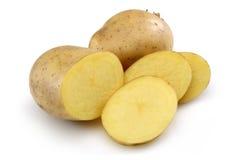 Rå potatis och skivad potatis royaltyfri fotografi