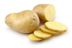 Rå potatis och skivad potatis arkivbilder