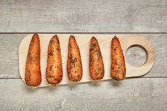 Rå potatis på den svarta wood tabellen i kök Preperation för att laga mat royaltyfri bild
