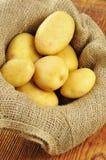 Rå potatisar i jutesäck Arkivfoton