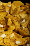 Rå potatisar med kryddor som är klara att grillas Royaltyfri Fotografi