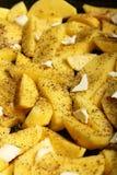 Rå potatisar med kryddor som är klara att grillas Arkivfoto
