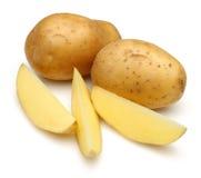 Rå potatisar och skivade potatisar royaltyfria bilder