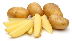 Rå potatisar och skivade potatisar fotografering för bildbyråer