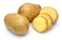 Rå potatisar och skivade potatisar royaltyfria foton
