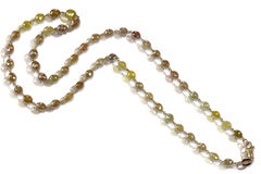 Rå prydd med pärlor halsband för brunt och för guling gemstone Arkivbild