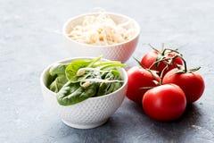 Rå rå röda tomater för spenat och för groddar Royaltyfri Foto