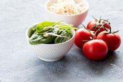 Rå rå röda tomater för spenat och för groddar Fotografering för Bildbyråer