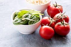 Rå rå röda tomater för spenat och för groddar Royaltyfri Fotografi