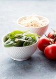 Rå rå röda tomater för spenat och för groddar Royaltyfri Bild