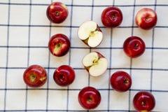 Rå röda äpplen på torkduken, över huvudet sikt Lägenhet som är lekmanna-, från över, bästa sikt Närbild arkivfoto