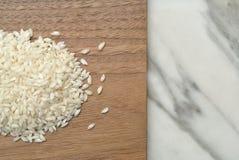 Rå ris på träöverkant Fotografering för Bildbyråer