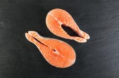 Rå rosa Salmon Steak, röd fisk-, kamrat- eller forellfilé royaltyfria bilder