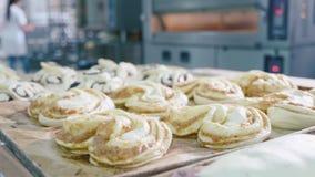 Rå söt bakning på tabellen på bageriköket för förlaga in i ugnen lager videofilmer