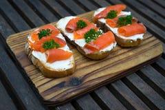 Rå sashimi för ny lax på trätabellen Arkivbild