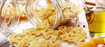 Rå skal pasta, tomater och olivolja Fotografering för Bildbyråer