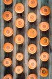 Rå skivad morot på träbrädet Arkivfoto