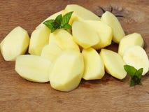 Rå skivade potatisar Arkivbild