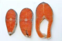 Rå snittnorrman Salmon On Chopping Board Arkivbild