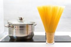 Rå spagettitemabakgrund royaltyfria bilder