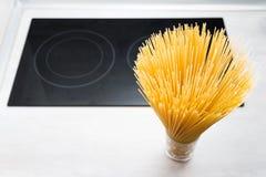 Rå spagettitemabakgrund royaltyfri foto