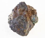 rå sten för magnetite (järnmalm) på vit arkivfoto